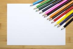 Leeres Papier und bunte Zeichenstifte Stockbilder