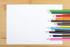 Leeres Papier und bunte Zeichenstifte Stockbild