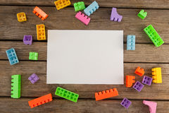 Leeres Papier unter Bauklötzen auf Tabelle Stockfotos