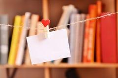 Leeres Papierc$hängen an der Wäscheklammer Stockfoto