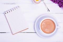 Leeres Papiernotizbuch und Tasse Kaffee Lizenzfreie Stockbilder