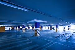 Leeres Parken mit einigen Automobilen Stockfoto