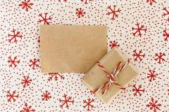 Leeres Pergamenthandwerk und -geschenk auf Weihnachtstextilhintergrund Lizenzfreies Stockbild