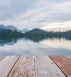 Leeres Perspektivenholz über Unschärfeflusshintergrund Stockbilder