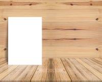 Leeres Plakat, das an der hölzernen Wand der Planke und am diagonalen Bretterboden sich lehnt Lizenzfreie Stockfotografie