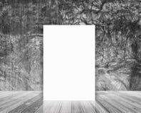 Leeres Plakat im Dachbodenwand- und -Holzfußbodenraum Stockbilder
