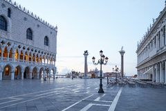 Leeres Quadrat Sans Marco, niemand am frühen Morgen in Venedig stockbilder