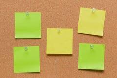 leeres quadratisches grünes und gelbes festgestecktes Blatt Stockbilder