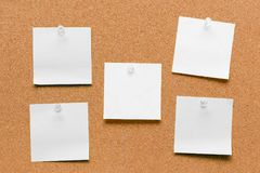 Leeres quadratisches Weiß festgestecktes Blatt Stockbilder