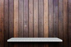Leeres Regal auf hölzernem Hintergrund für Produktanzeige stockfoto