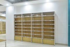 Leeres Regal im Supermarkt lizenzfreies stockbild
