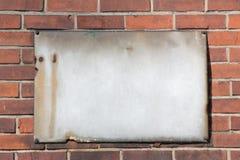 Leeres Retro- rostiges Metallschild auf Backsteinmauer Lizenzfreie Stockfotos