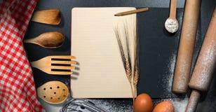 Leeres Rezept-Buch auf einem Backen-Hintergrund Stockbilder