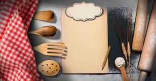 Leeres Rezept-Buch auf einem Backen-Hintergrund Stockbild