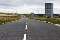 Leeres rosd oder Landstraße, die in den Abstand ausdehnen lizenzfreies stockfoto