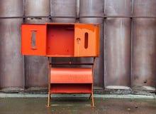 Leeres rotes Brandschutzkabinett mit der offenen Tür Lizenzfreie Stockfotografie