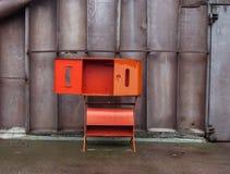 Leeres rotes Brandschutzkabinett mit der offenen Tür Lizenzfreie Stockbilder