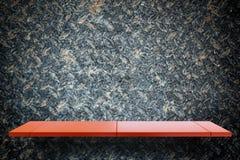 Leeres rotes Metallanzeigenregal auf grungy Metall für Produktanzeige lizenzfreie abbildung