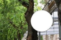 Leeres rundes Schild, hängend von der Fassade einer Terrasse Stockbild