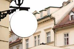 Leeres rundes Schild, hängend von der Schmiedeeisenklammer Lizenzfreies Stockbild