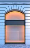 Leeres Schaufenster mit der Abendbeleuchtung. Stockfoto