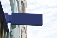 Leeres Schild für Mitteilungs- und Firmenlogo Modellschild lizenzfreies stockbild