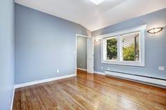 Leeres Schlafzimmer mit hellblauen Wänden Stockfotos