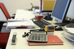 Leeres Schreibtischbüro Stockfotos
