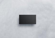 Leeres schwarzes Besuchskartendesignmodell, graues Kraftpapier Lizenzfreies Stockfoto