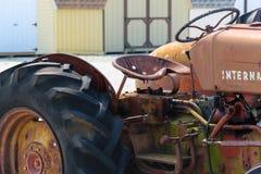 Leeres Seat auf einem alten Traktor Stockfotografie