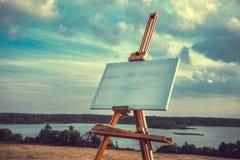 Leeres Segeltuch steht auf einem Gestell auf Seelandschaft still Stockfoto
