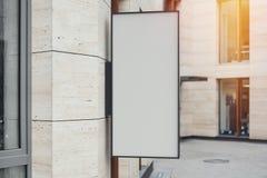 Leeres Speicherschild Leeren Sie Shop lightbox auf der Wand Wiedergabe 3d stockbilder