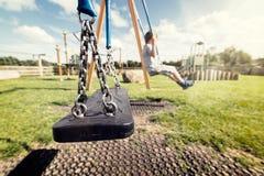Leeres Spielplatzschwingen Stockfotos