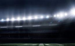 Leeres Stadion des amerikanischen Fußballs 3D in den Lichtern nachts übertragen Stockfotografie