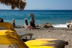 Leeres Strandbett mit Ansicht in Meer Stockfotografie