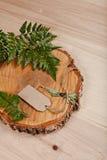 Leeres Tag auf hölzernem Hintergrund mit Farn und verringertem Baum Lizenzfreies Stockfoto