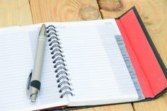 Leeres Telefonbuch auf Holz Lizenzfreie Stockfotos