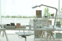 Leeres Tischplattenbüro Stockfoto