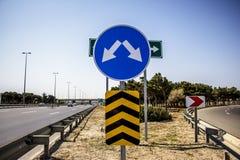 Leeres Verkehrsschild des Schmutzes mit Beschneidungspfad Stockfotos