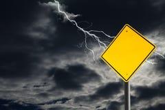 Leeres Warnzeichen gegen bewölkten und donnernd Himmel Stockfotografie