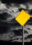 Leeres Warnzeichen gegen bewölkten und donnernd Himmel Stockfotos