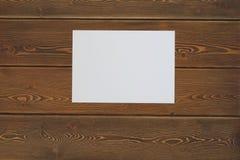 leeres Weißbuch auf einem dunklen Holztisch Lizenzfreie Stockbilder