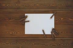 Leeres Weißbuch mit Bleistiften auf einem dunklen Holztisch Stockbilder