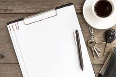 Leeres Weißbuch mit Kaffeetasse auf hölzernem Hintergrund Lizenzfreie Stockbilder