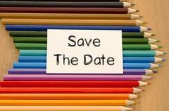 Leeres Weißbuch und farbiger Bleistift auf hölzernem Hintergrund Stockfotografie