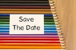 Leeres Weißbuch und farbiger Bleistift auf hölzernem Hintergrund Stockfoto