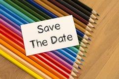 Leeres Weißbuch und farbiger Bleistift auf hölzernem Hintergrund Lizenzfreies Stockbild