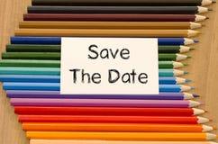 Leeres Weißbuch und farbiger Bleistift auf hölzernem Hintergrund Lizenzfreies Stockfoto