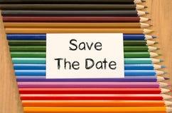 Leeres Weißbuch und farbiger Bleistift auf hölzernem Hintergrund Stockfotos