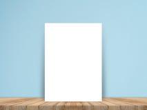 Leeres Weißbuchplakat auf Plankenbretterboden und Betonmauer, Schablonenspott oben für das Addieren Ihres Inhalts Stockbilder